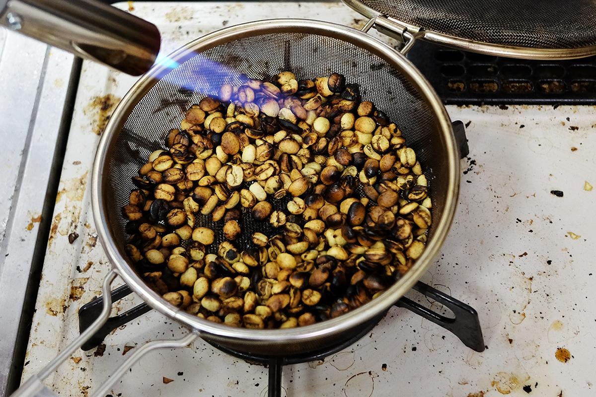 バーナーで焙煎してから10分経過したコーヒー豆
