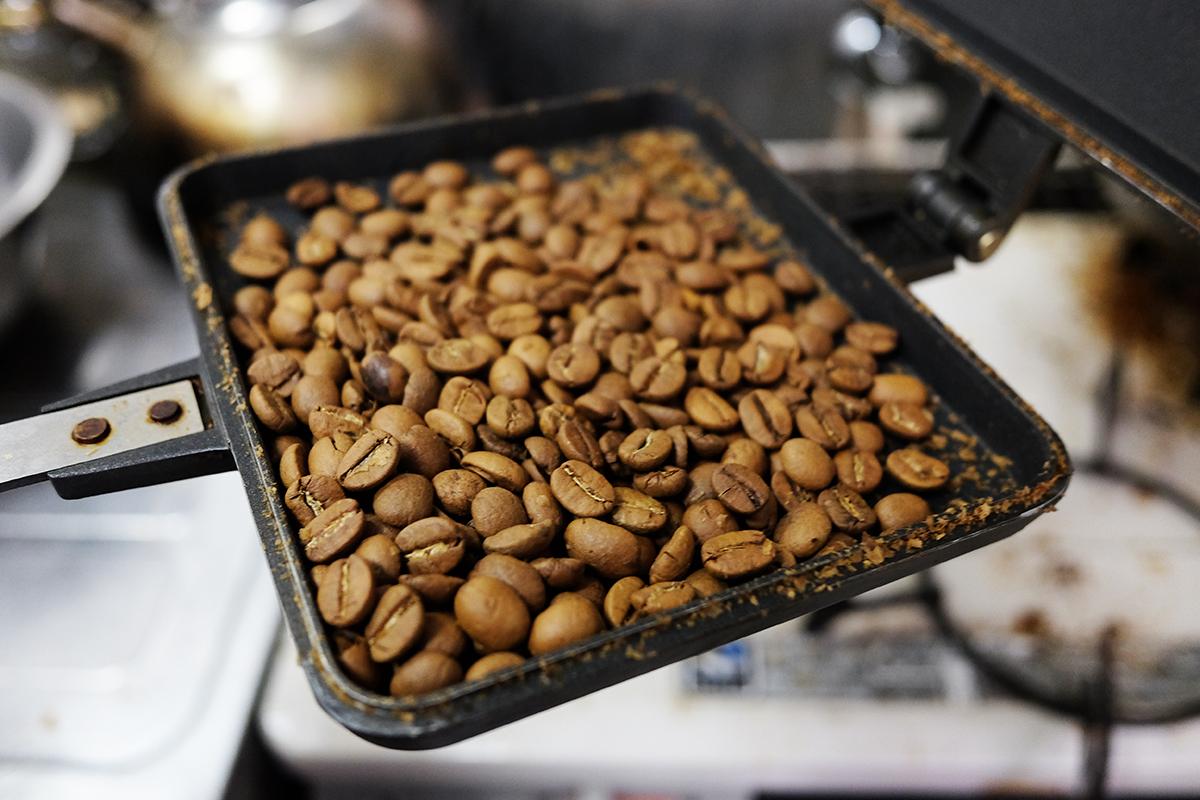 ホットサンドメーカーで焙煎して25分経過したコーヒー豆