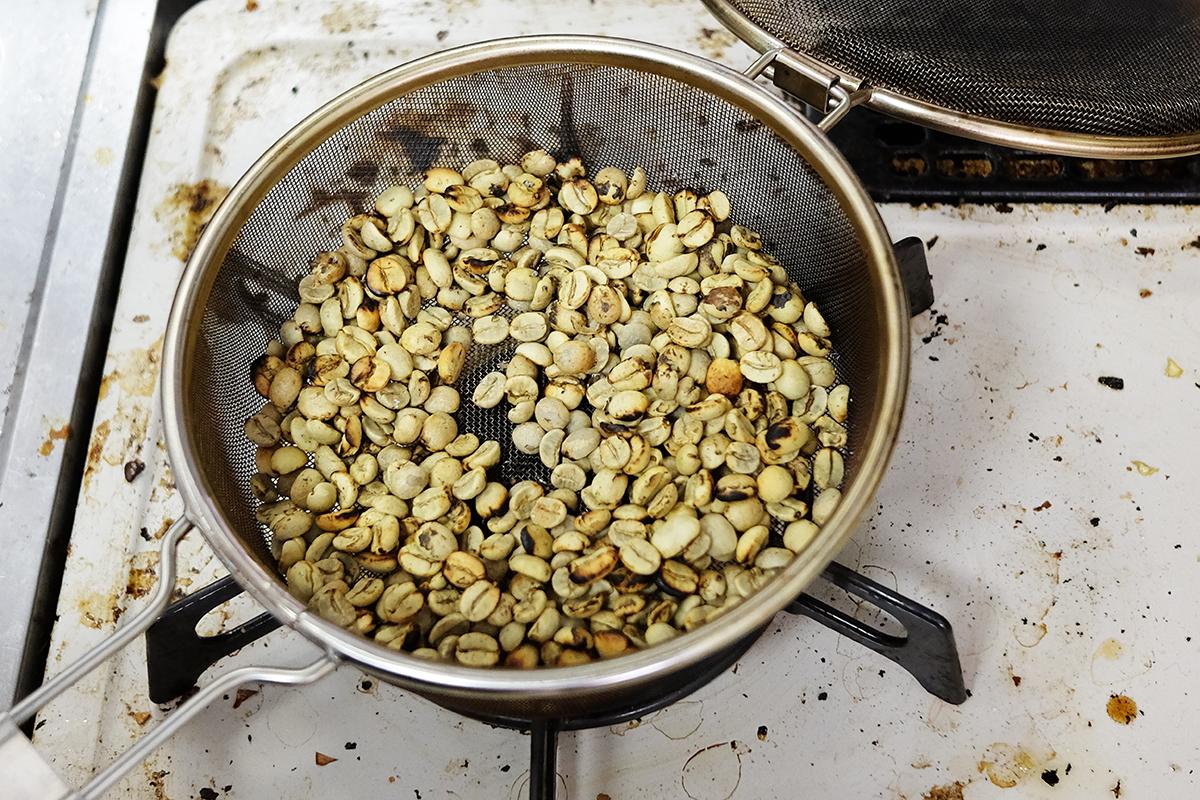 バーナーで焙煎してから5分経過したコーヒー豆