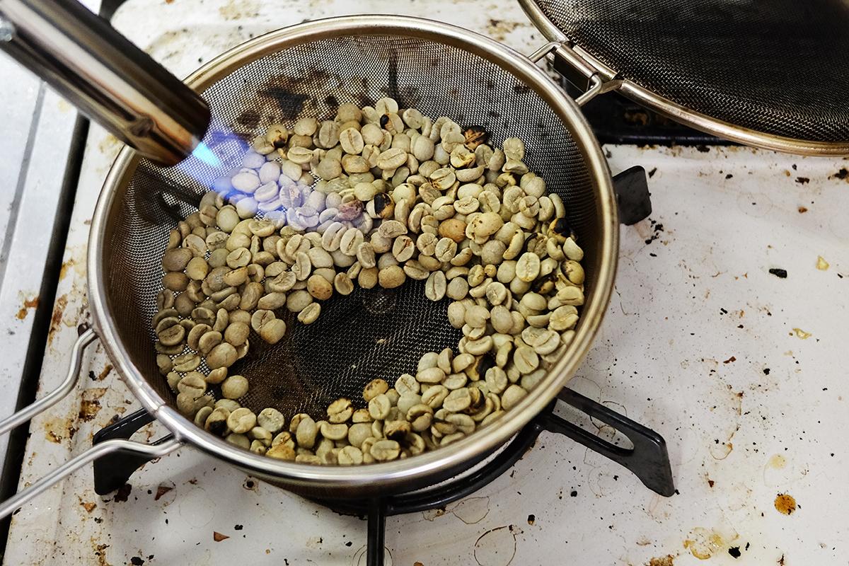 バーナーで炙られているコーヒー豆