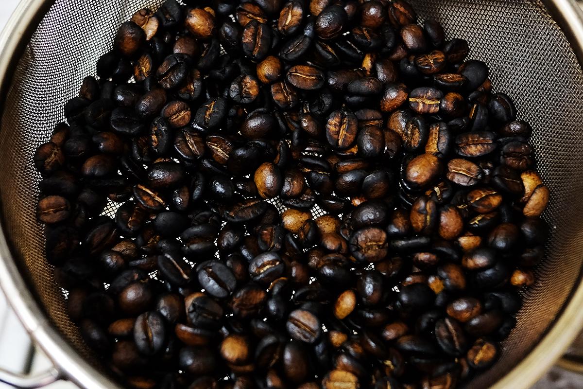 バーナーで焙煎し終えたコーヒー豆