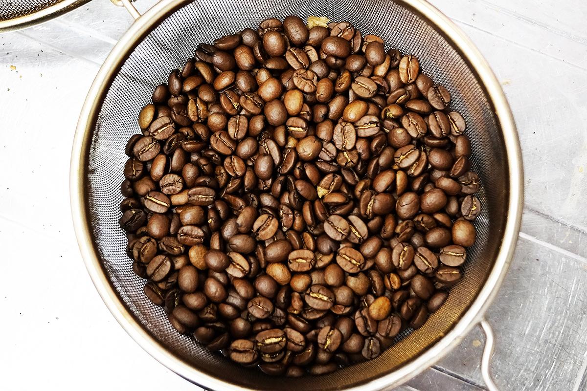 手網で焙煎したコーヒー豆