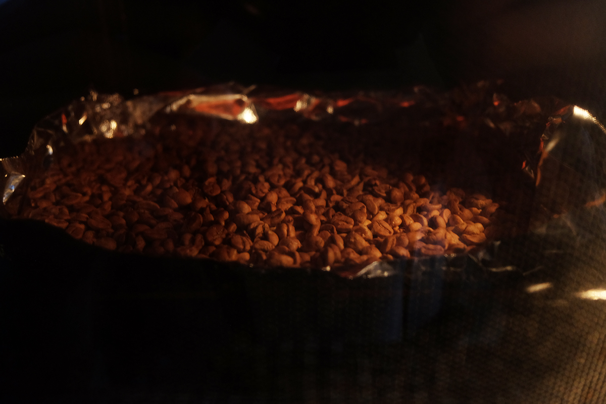 オーブンで焙煎して10分経過したコーヒー豆