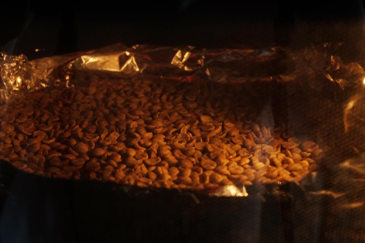 オーブンで焙煎して5分経過したコーヒー豆