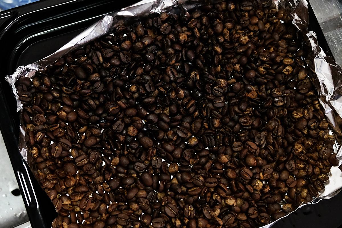 オーブンで焙煎した直後のコーヒー豆