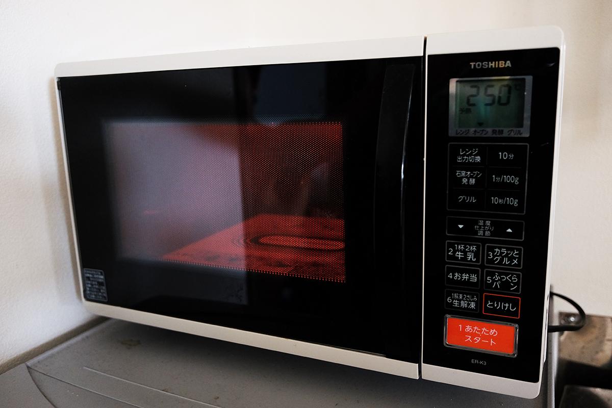 予熱中のオーブン機能付き電子レンジ