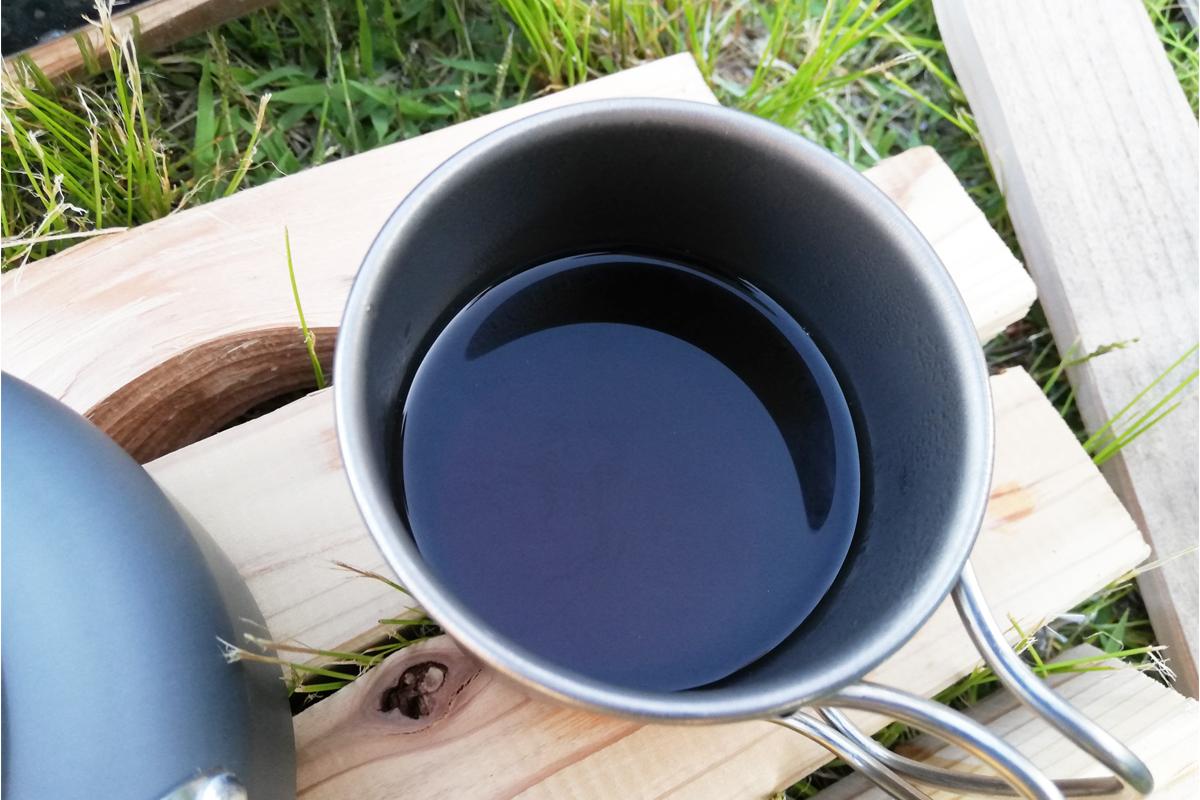 木材の上のコーヒーが入ったカップ