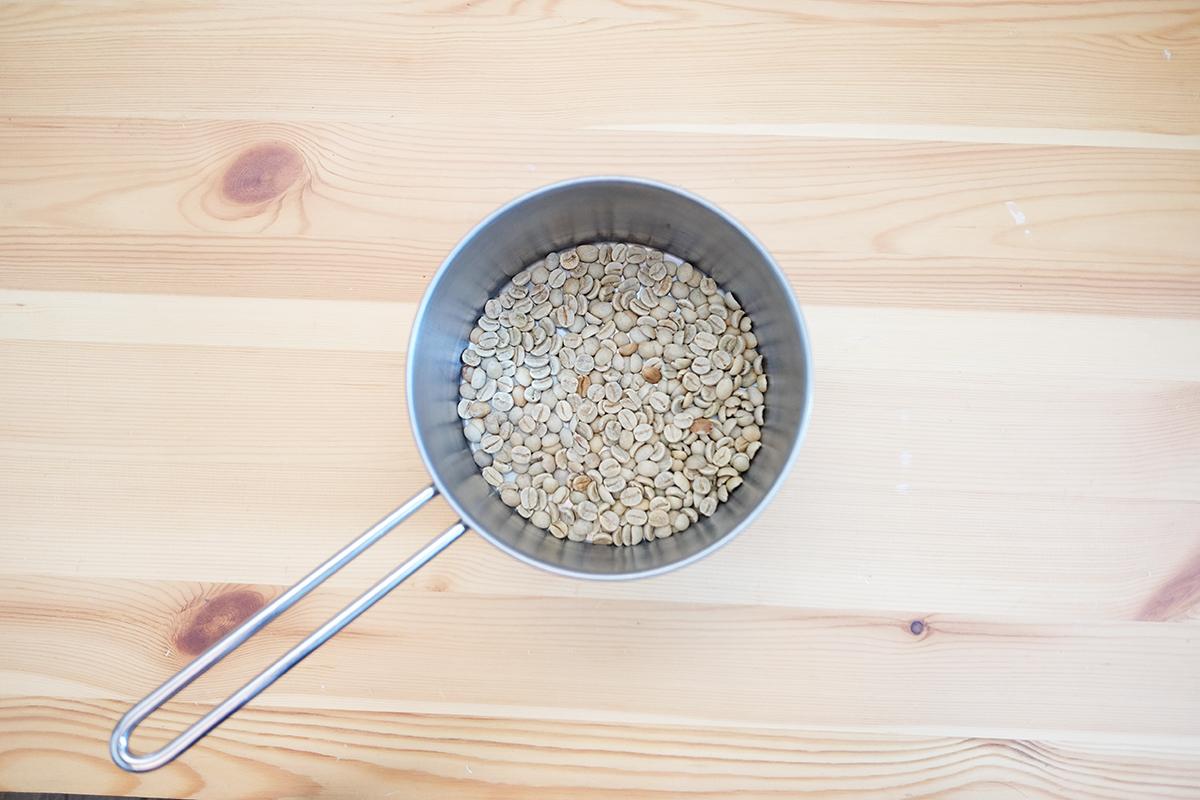 小鍋に入ったコーヒー生豆