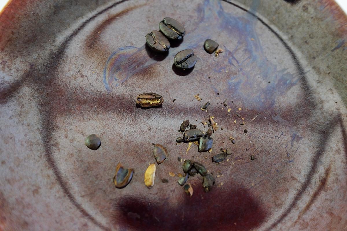 茹でた後焙煎したコーヒー豆