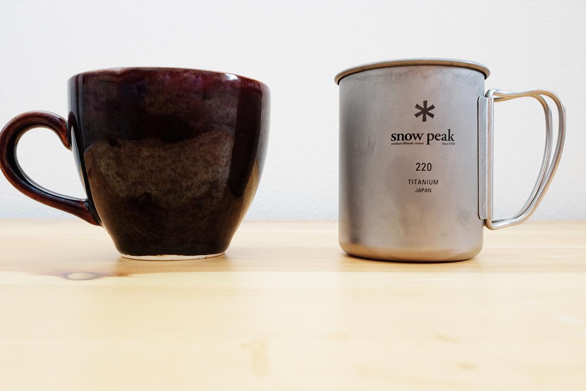 陶器のマグカップとチタンマグ