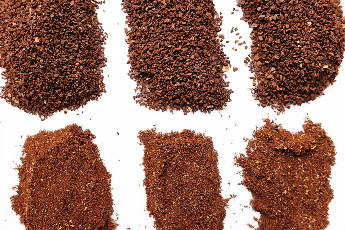 微粉を分けた3種類のコーヒー粉 アップ
