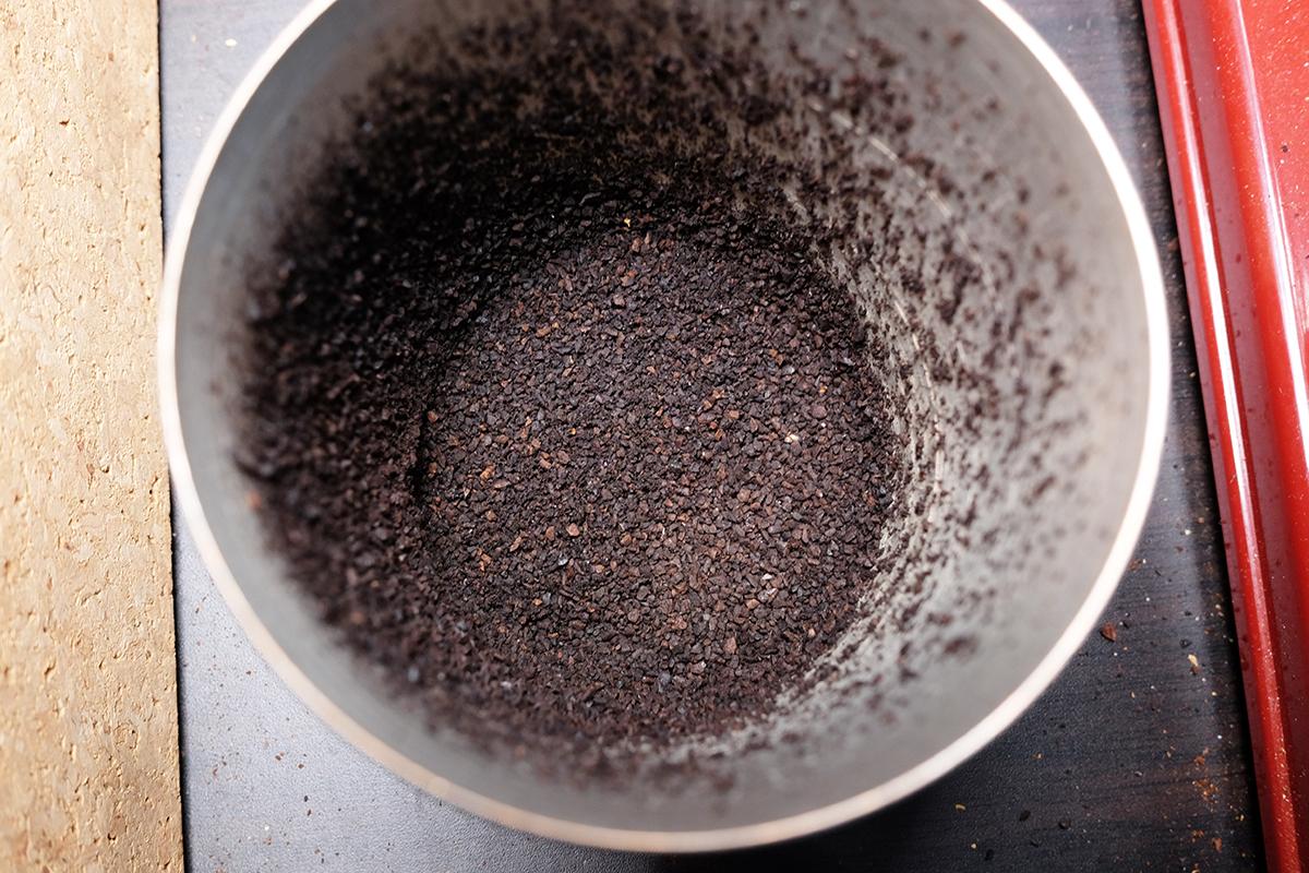 銅のタンブラーに入ったコーヒー粉