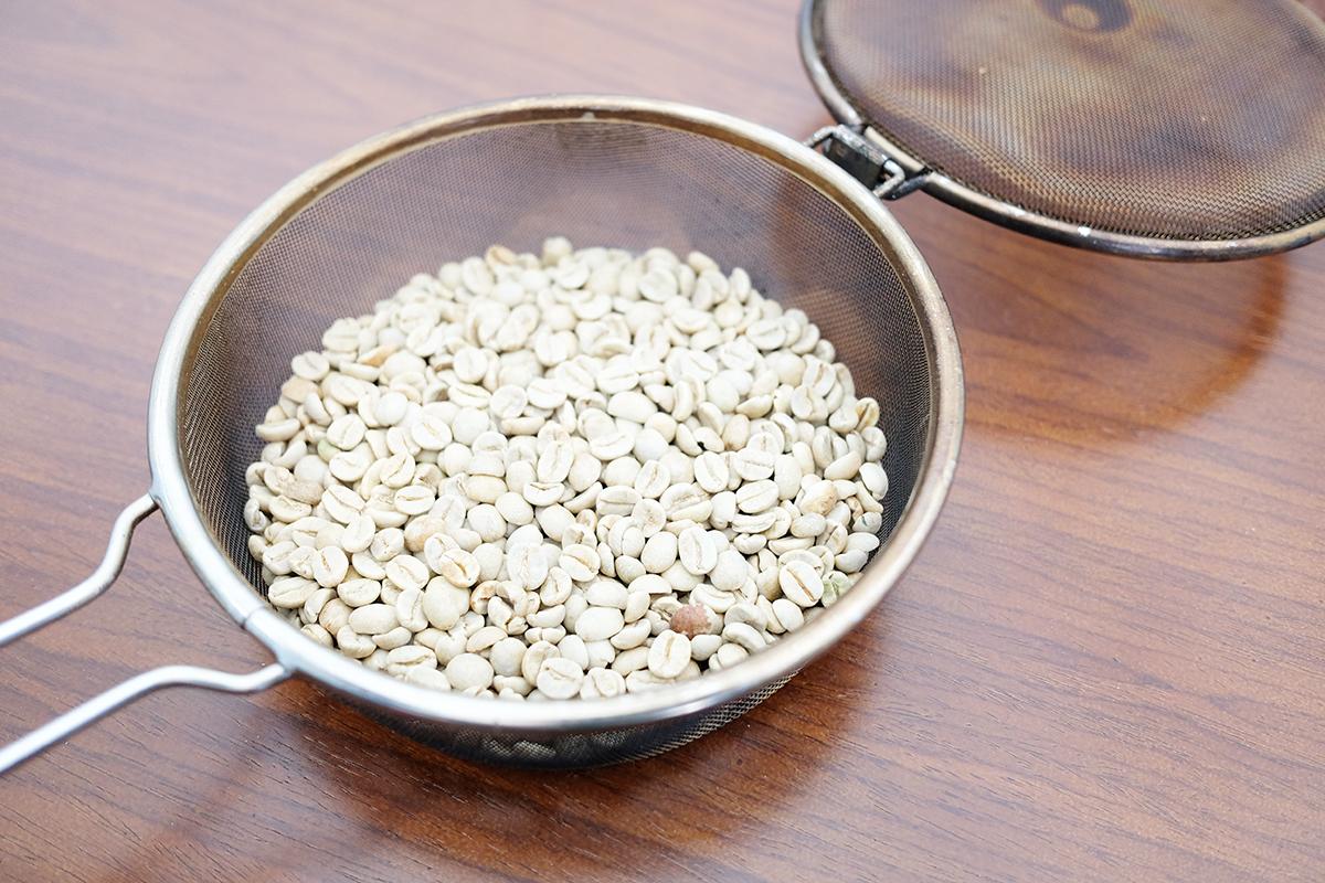 手網に入った生のコーヒー豆