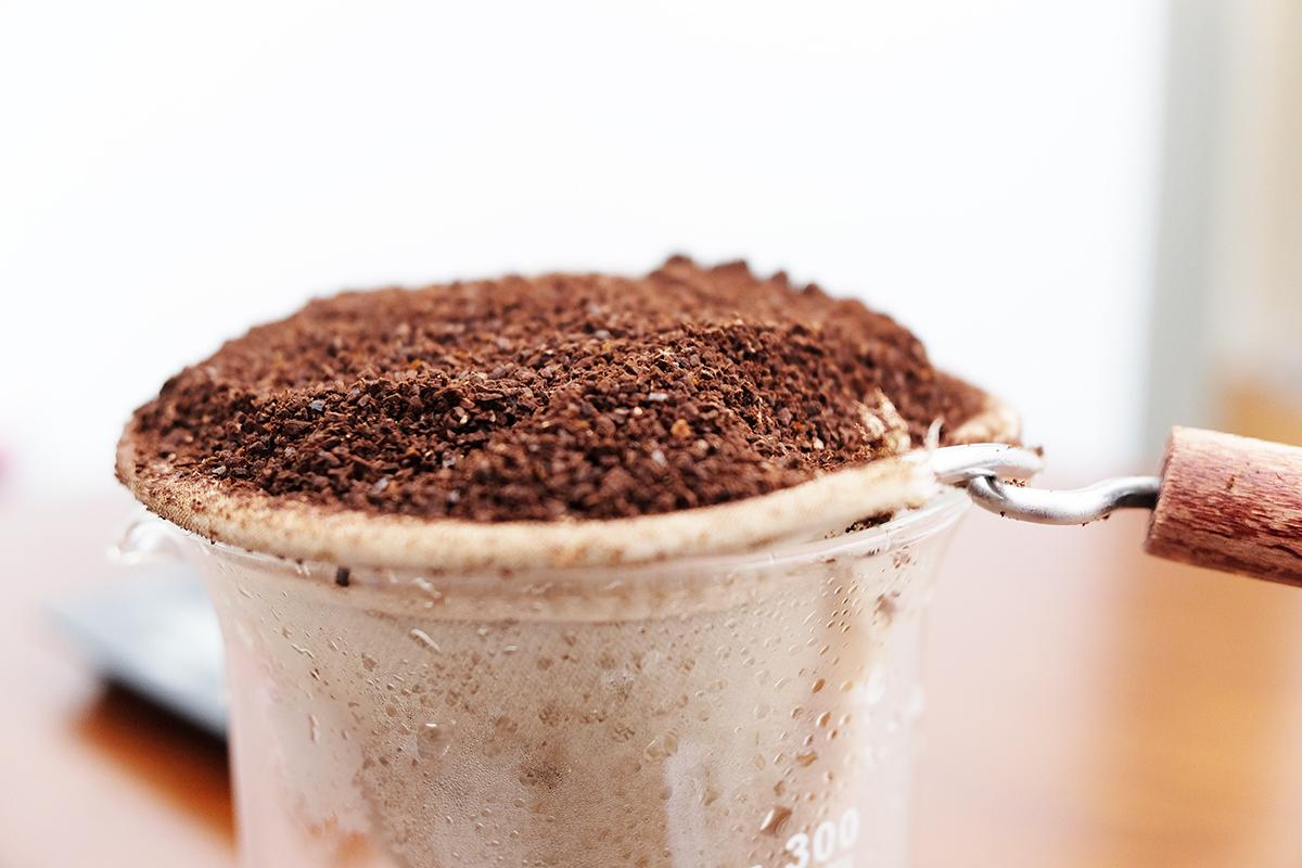ネルフィルターに山盛りのコーヒー粉