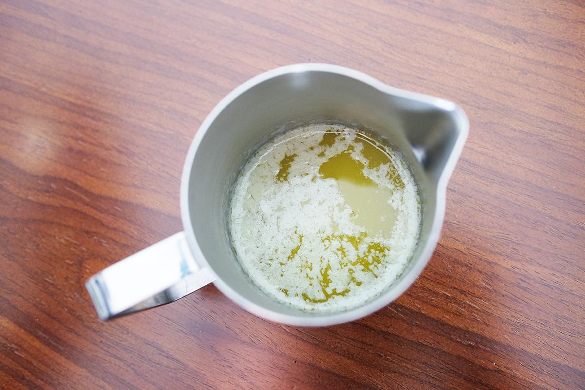 ミルクジャグに入った溶かしバター