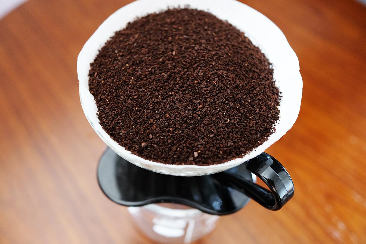 コーヒー粉が大量に入ったV60ドリッパー
