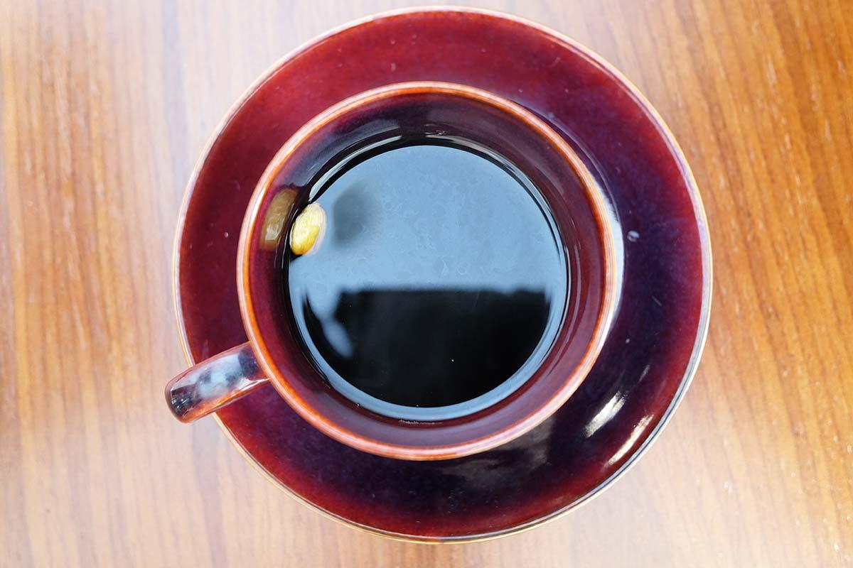 カルダモンを浮かべたコーヒー
