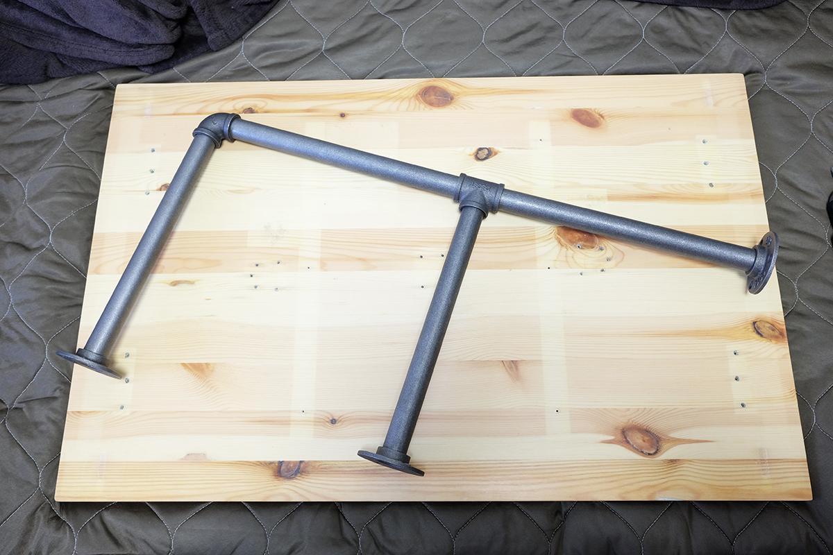 テーブル天板と鉄パイプの脚