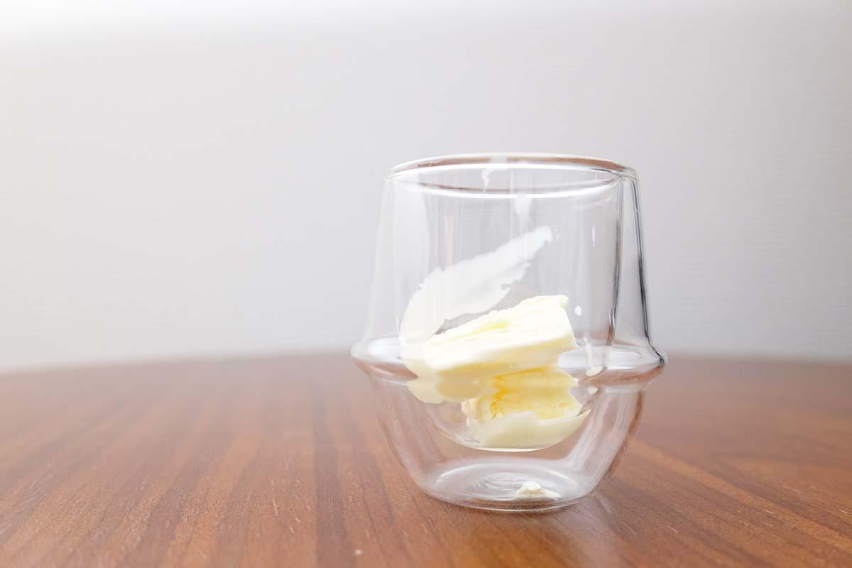 かじるバターアイスが入ったデミタスカップ